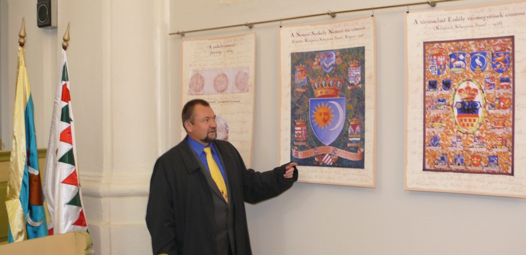 Szekeres Attila István Keöpeczi Sebestyén József címerkompozíciói előtt
